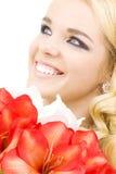 Glückliche Frau mit Lilienblumen lizenzfreie stockfotografie