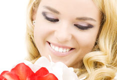 Glückliche Frau mit Lilienblumen stockfotos