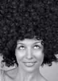 Glückliche Frau mit modischer Art des lockigen Haares Lizenzfreie Stockbilder