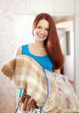 Glückliche Frau mit neuem Plaid Lizenzfreie Stockfotografie