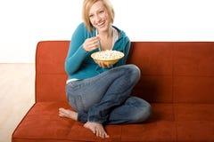 Glückliche Frau mit Popcorn Stockfotografie