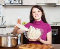 Glückliche Frau mit Reisnudeln Stockfotos