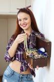 Glückliche Frau mit Schmuck in der Schatztruhe Lizenzfreie Stockfotografie