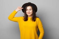 Glückliche Frau mit schwarzem Hut Lizenzfreies Stockbild