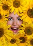 Glückliche Frau mit Sonnenblumen Lizenzfreie Stockfotos
