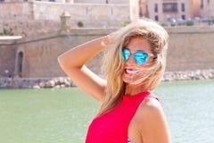 Glückliche Frau mit Sonnenbrillen Stockfotos