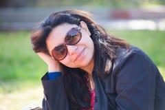 Glückliche Frau mit sunglass lizenzfreies stockfoto