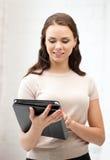 Glückliche Frau mit Tablette-PC-Computer Lizenzfreie Stockfotos
