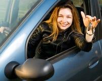 Glückliche Frau mit Tasten von ihrem neuen Auto Stockfotos