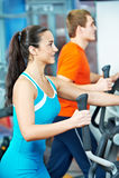 Glückliche Frau mit an Trainingsgymnastik Stockfoto