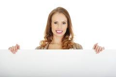 Glückliche Frau mit unbelegtem Vorstand Lizenzfreie Stockfotos