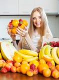 Glückliche Frau mit   verschiedene Früchte Stockbild