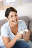 Glückliche Frau mit Videospielcontroller Stockfoto