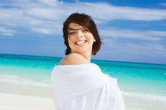 Glückliche Frau mit weißem Sarong Stockfotos