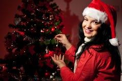 Glückliche Frau mit Weihnachtsbaum Stockfotografie