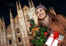 Glückliche Frau mit Weihnachtsbaum in Mailand, das Abstand untersucht Lizenzfreie Stockfotos