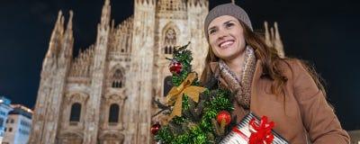 Glückliche Frau mit Weihnachtsbaum in Mailand, das Abstand untersucht Lizenzfreies Stockfoto