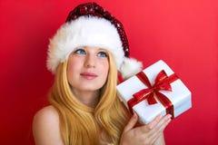Glückliche Frau mit Weihnachtsgeschenk Lizenzfreies Stockbild