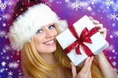 Glückliche Frau mit Weihnachtsgeschenk Stockfoto