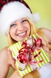Glückliche Frau mit Weihnachtsgeschenk Stockbilder