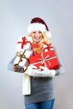 Glückliche Frau mit Weihnachtsgeschenken Stockfotografie