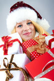 Glückliche Frau mit Weihnachtsgeschenken Stockfotos