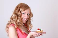 Glückliche Frau mit wenigem Kuchen in der Hand Lizenzfreies Stockbild