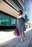 Glückliche Frau nach dem Einkauf Lizenzfreies Stockbild