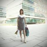 Glückliche Frau nach dem Einkauf Lizenzfreie Stockfotografie