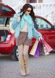 Glückliche Frau, nach dem Einkauf, lädt Ihr Auto Stockfoto