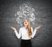 Glückliche Frau nahe einer Dollarskizze auf einer Tafel Stockfoto