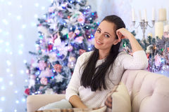 Glückliche Frau nahe Weihnachtsbaum Lizenzfreies Stockfoto