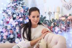Glückliche Frau nahe Weihnachtsbaum Stockfotos