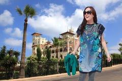 Glückliche Frau am Palastgarten lizenzfreies stockfoto