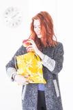 Glückliche Frau setzte Frucht in eco freundliche Stofftasche ein lizenzfreie stockbilder