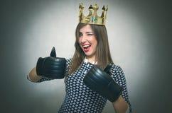 Glückliche Frau Sieger von Schönheitswettbewerb Bossy-Mädchen lizenzfreie stockfotografie