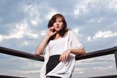 Glückliche Frau am Sonnenuntergang - Art und Weiseeintragfaden Stockfotos