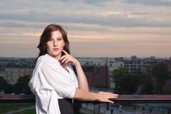 Glückliche Frau am Sonnenuntergang - Art und Weiseeintragfaden Lizenzfreie Stockfotos