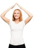 Glückliche Frau stellte ein Dach über Ihrem Kopf her Lizenzfreie Stockfotos