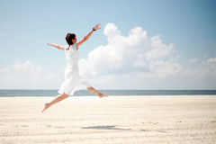 Glückliche Frau am Strand lizenzfreie stockfotos
