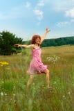 Glückliche Frau tanzt auf Wiese Lizenzfreies Stockbild