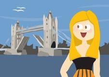Glückliche Frau touristische nahe Kontrollturm-Brücke in London Lizenzfreie Stockfotografie
