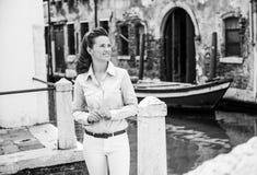Glückliche Frau touristischer bereitstehender Venedig-Kanal, aufwärts schauend Lizenzfreies Stockfoto