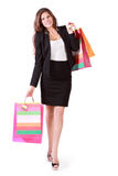Glückliche Frau trägt Taschen mit Käufen Lizenzfreies Stockfoto