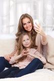 Glückliche Frau und Kind, die ein selfie nimmt Lizenzfreie Stockfotografie