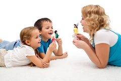 Glückliche Frau und Kinder, die auf dem Fußboden spielen Lizenzfreie Stockfotos