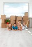Glückliche Frau und Kinder in ihrem neuen Haus Stockbilder
