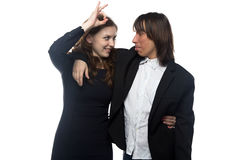 Glückliche Frau und Mann in der schwarzen Jacke Lizenzfreie Stockfotos