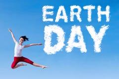 Glückliche Frau und Tag der Erde-Text Stockfotografie