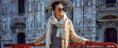 Glückliche Frau vor Duomo in Mailand, Italien, das beiseite schaut Stockbilder